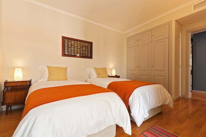 Room 2 - 2 Single beds with Closet