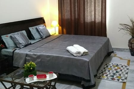 Pvt room enroute TajMahal-Mathura,near ExpoMart