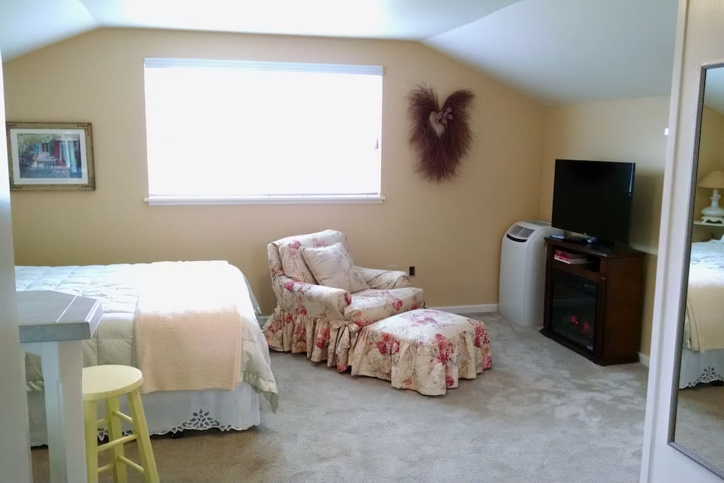 Fireplace, flat screen TV and A/C.