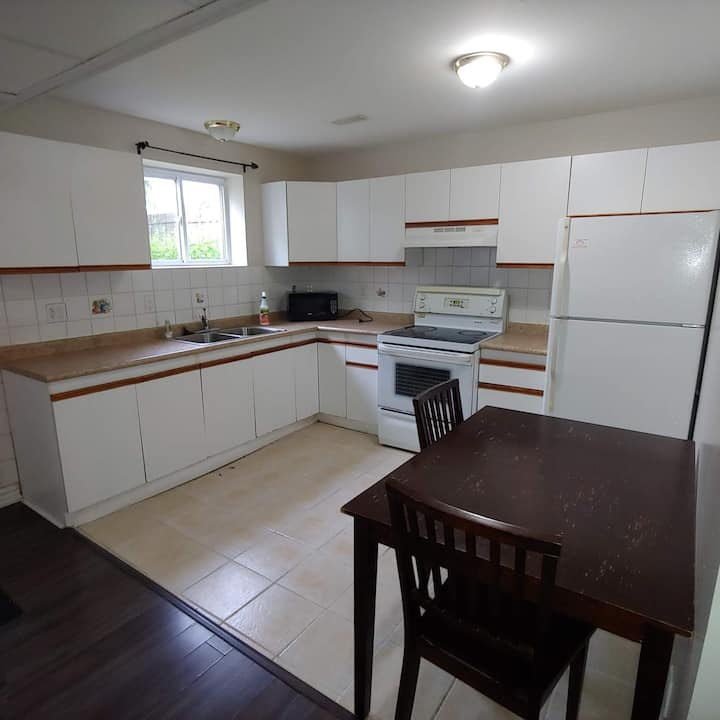 Quiet and comfortable apartment in Windsor