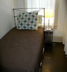 Small Single Room in Downtown Asheville. Cheap! - Asheville - Bed & Breakfast