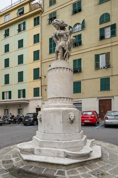 вход с улицы piazza Bandiera* коричневая дверь*