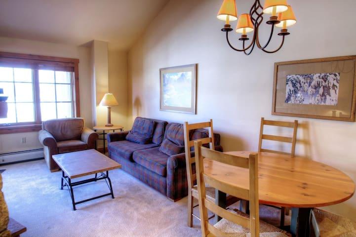 Top floor, vaulted ceilings! One Bedroom in the Heart of River Run! - Keystone - Haus