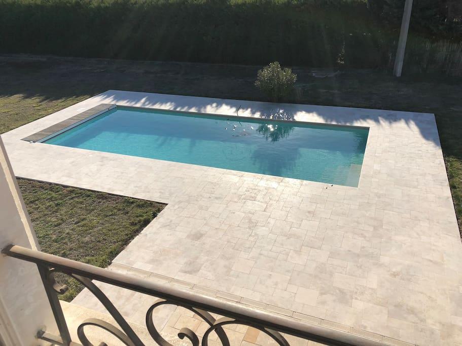 Zwembad met ingebouwde trap en waar je overal kan staan. Uit veiligheid staat er ook een rolluik op.