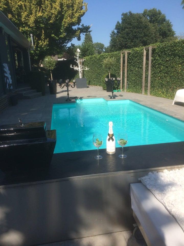 Royale vrijstaande bungalow/villa met zwembad