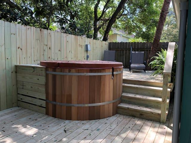 Hot Tub/Plunge Pool 2 Blocks to Magazine
