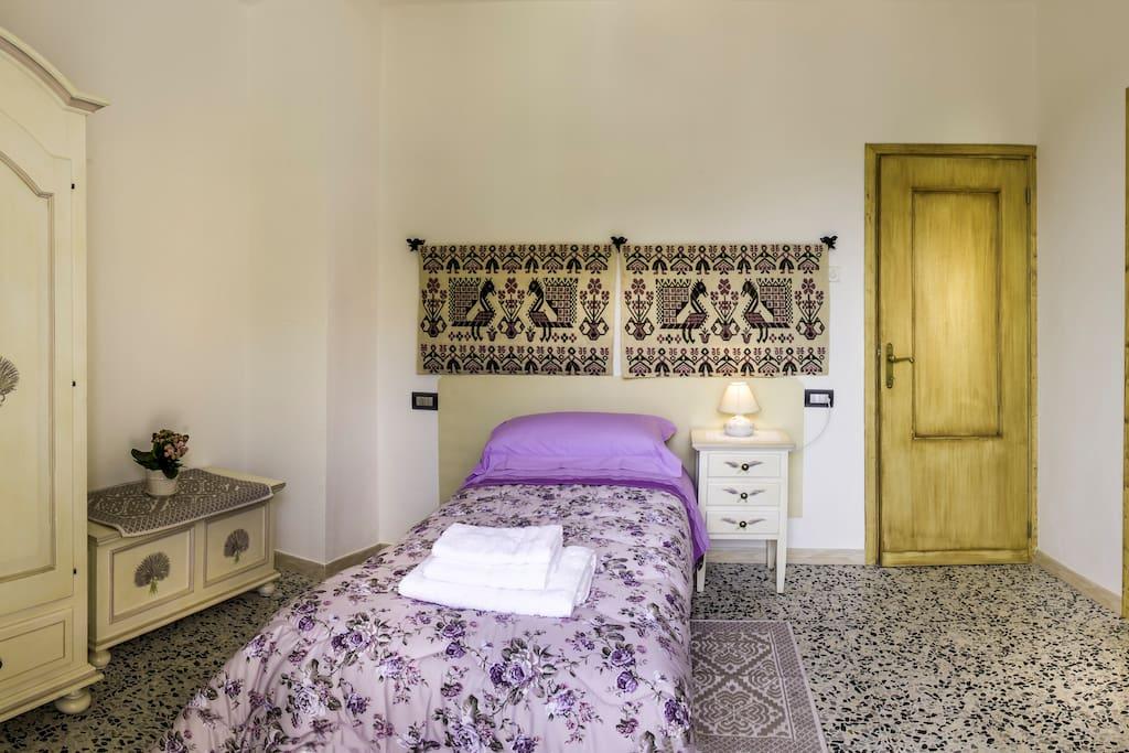 camera lilla-letto singolo