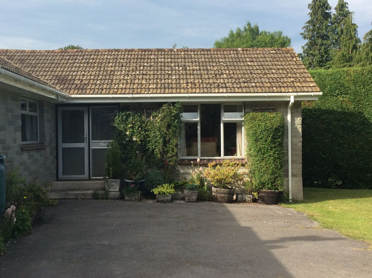 The one bedroom annex (plus sofa bed) stands in the beautiful grounds of Dartmoor National Park.  The spacious grounds offer privacy from the world yet is only a few minutes drive from the quaint stannary town of Ashburton.