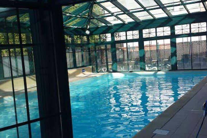 Studio prés du vieux port avec piscine couverte