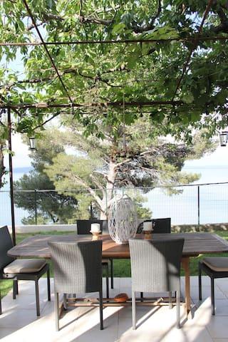 chambre sur jardin avec vue etang de berre - Istres - Maison