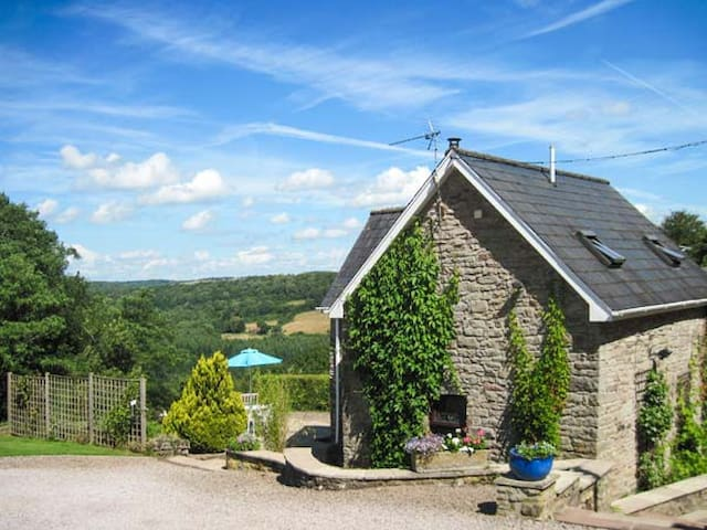 ROBIN'S BARN, pet friendly, with open fire in Penallt, Ref 937720