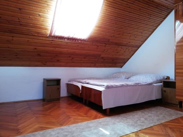Tetőtéri szoba, a Fejes Vendégházban!