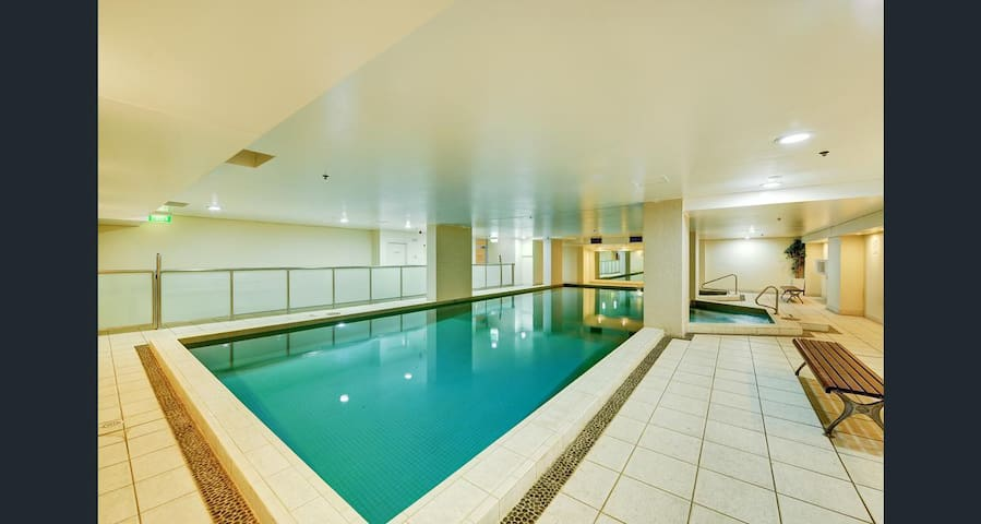 Fully Furnished Luxury Living with Swimming Pool - Chatswood - Lägenhet