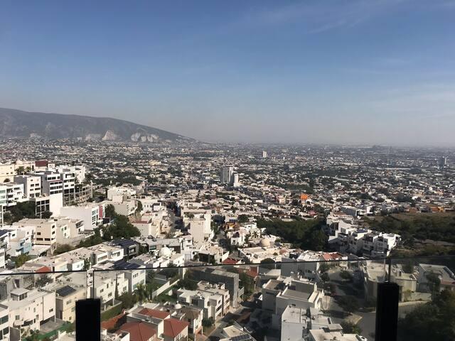 Habitación privada con balcón y vista a la ciudad
