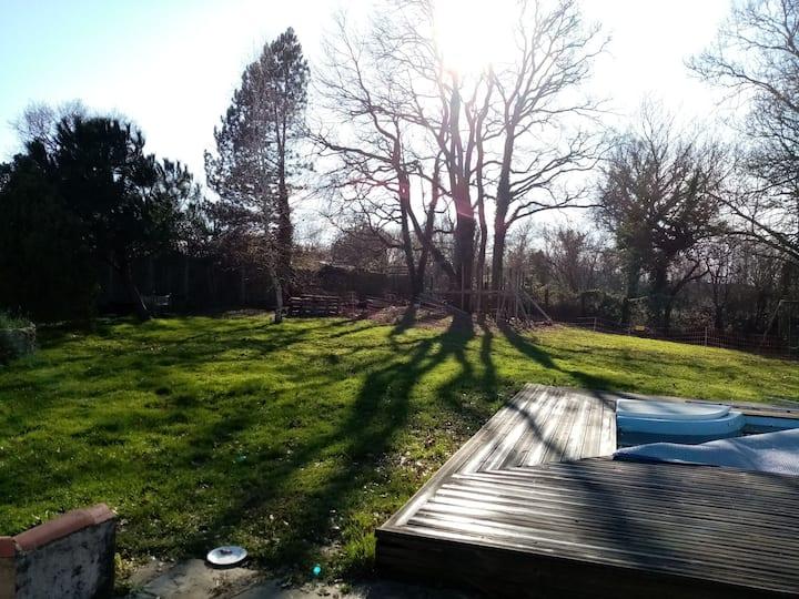 Chambre au RDC  dans maison avec jardin et piscine
