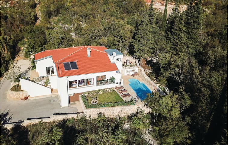 Holiday cottage with 4 bedrooms on 170m² in Imotski