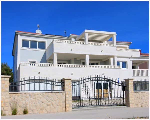 One-Bedroom Apartment with Terrace and Sea View - Podglavica - Apartament