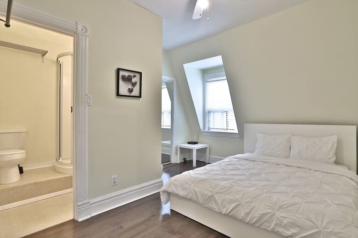 Beautiful DOWNTOWN 1BR Heart of Queen West + PATIO