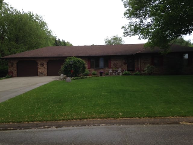 Family & Dog Friendly ranch home. 10 miles to ND! - Granger - Rumah