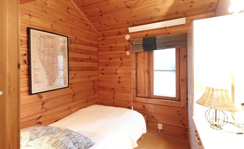 Toisessa alakerran makuuhuoneessa 120 cm leveä sänky