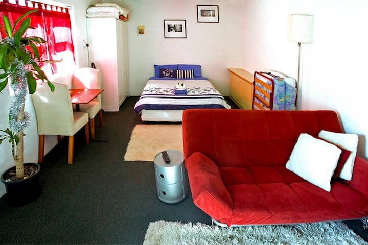 Self contained studio cabin (minimum 3 night stay)