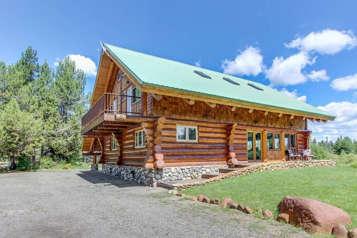 Gorgeous Log Cabin- Private Acreage, Pond, Hot Tub