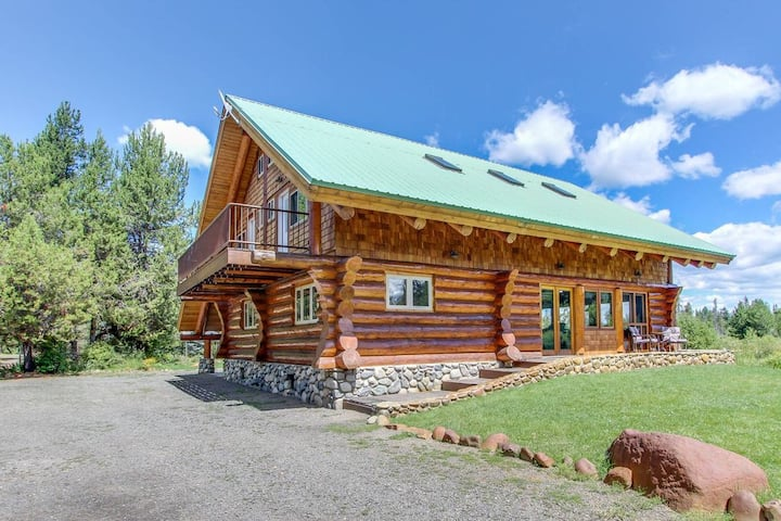 Gorgeous Log Cabin- Private Acreage, Pond, Hot Tub