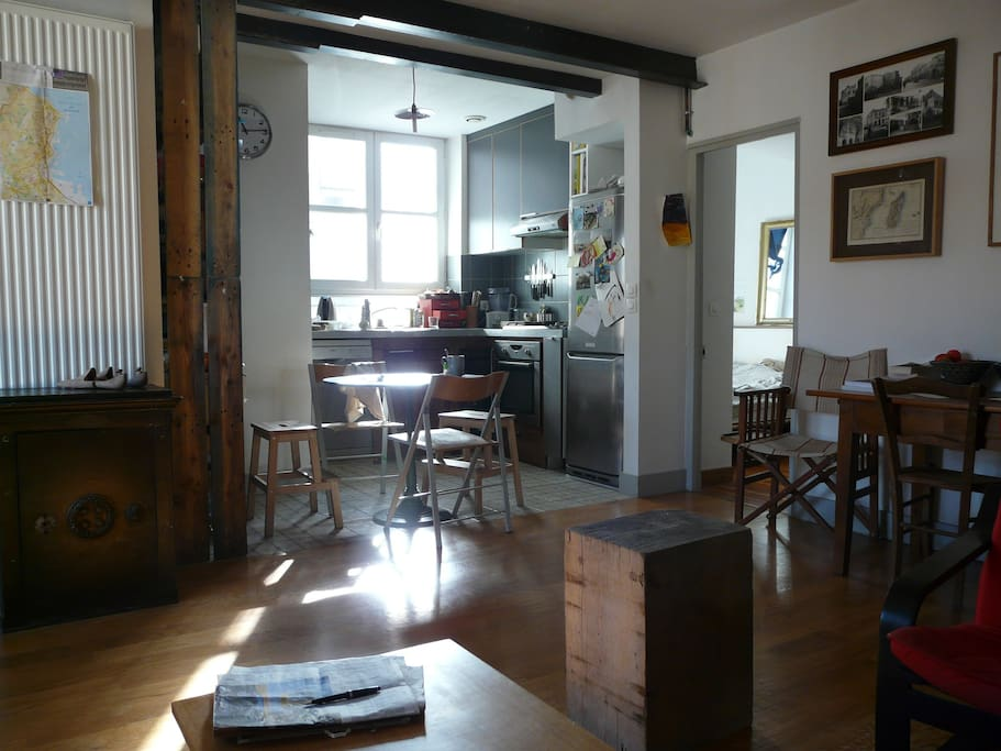 La cuisine et au fond une chambre