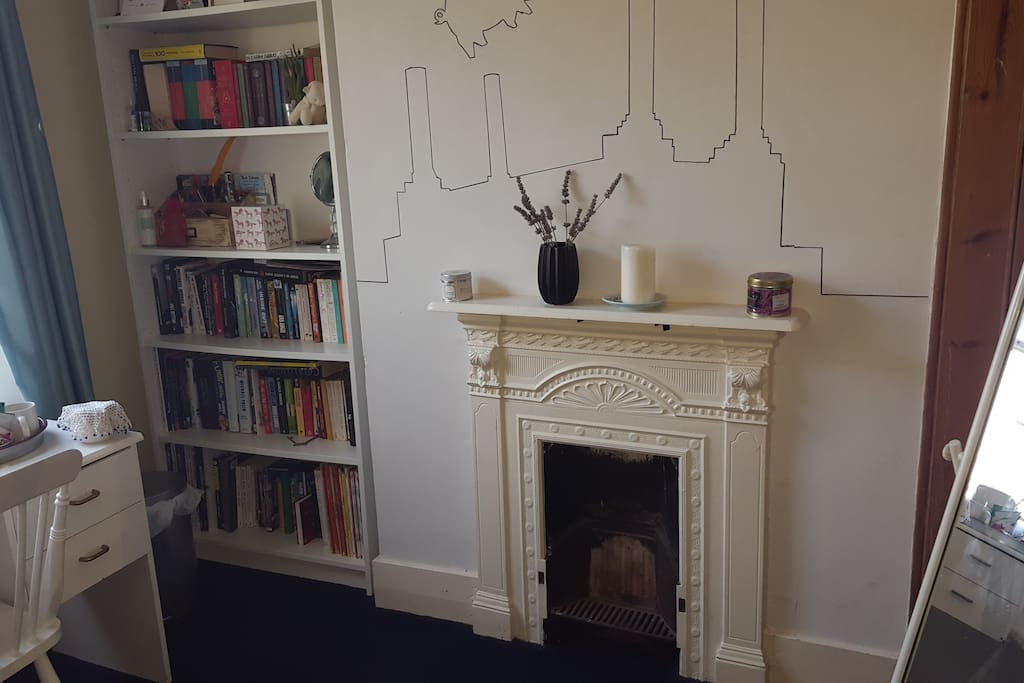 Wall features a line drawing of Pink Flloyd album 'Animals'