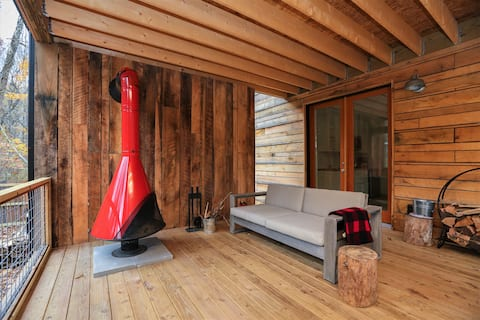 Hip cabin with hot tub, fireplace, Uber downtown