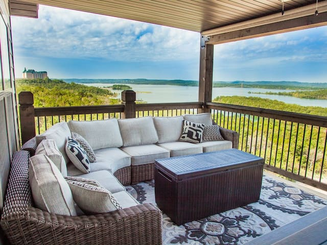 AMAZING Table Rock Lakeviews!! 12 Bdrm, 12 1/2 Bath in Chateau Cove!! Sleeps 50