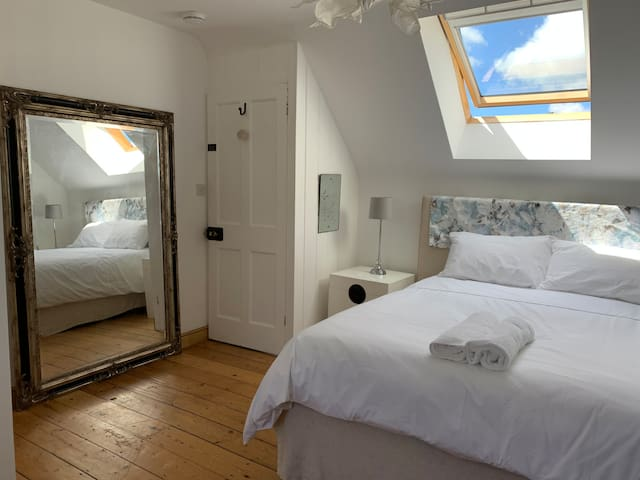 Gorgeous Town House Loft. Double bedroom ensuite.