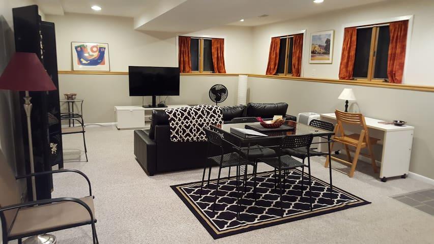 Spacious private apartment in residential home - Ann Arbor - Casa
