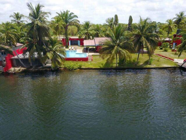 Villa à Assinie en bordure de lagune avec piscine