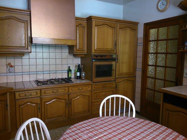 Kitchen with integrated fridge/freezer, hob & oven and dishwasher