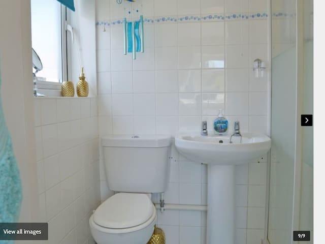 En suite shower room towels included
