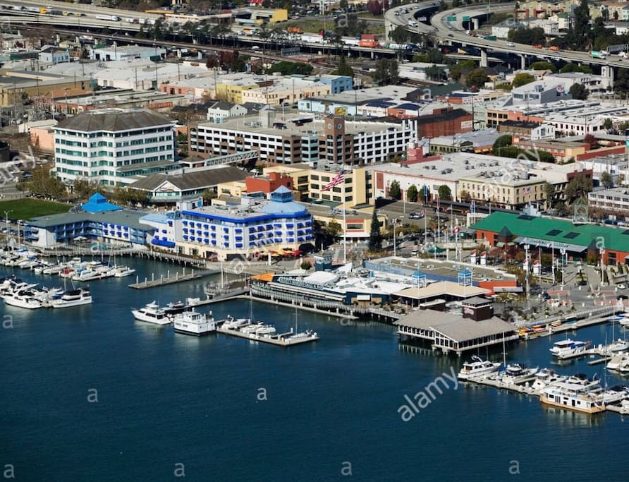 Bars, Shops, Farmers Market, Water Front, Ferry and Marina just one block away at Jack London square