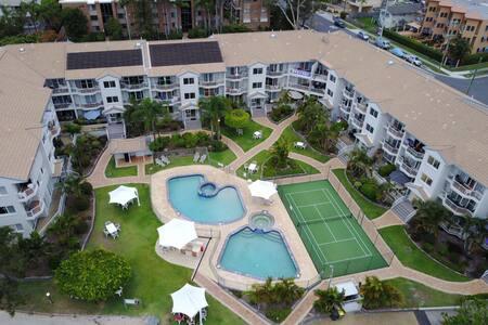 Modern Waterfront Top Floor Apartment - 2 Bedroom - Biggera Waters - Flat