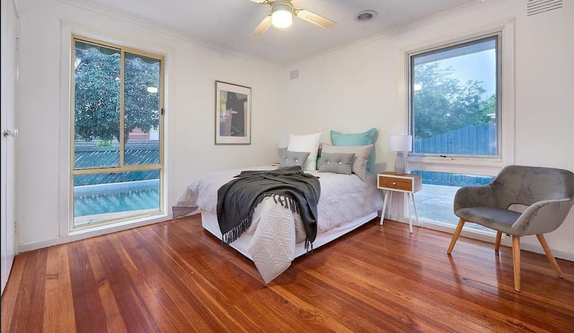 Quiet street master room with king bed+single bed