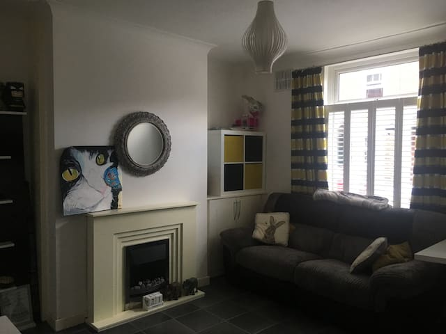 Well presented house for short stays near station
