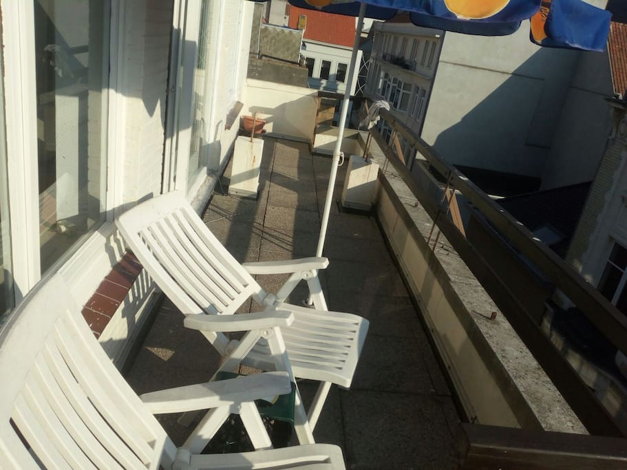 2 lounge chairs. Front balcony.