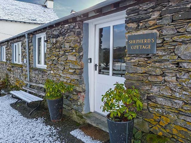 SHEPHERD'S COTTAGE, family friendly in Hawkshead, Ref 920478