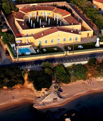 Villa en bordure de plage avec piscine