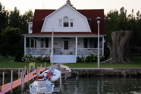Grand Waterfront Cottage - Alanson - House
