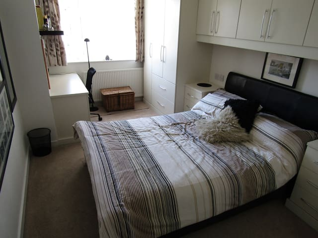 Large and Comfortable Well Equipped Double Room - Bromsgrove - House