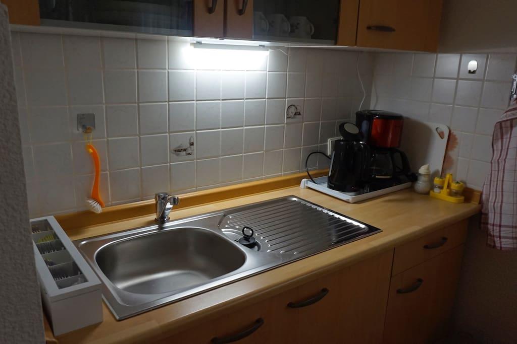 Küchenzeile mit Kaffeemaschine und Wasserkocher