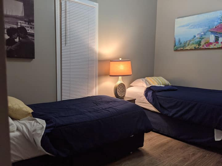 Cozy restful room near shopping & Union University