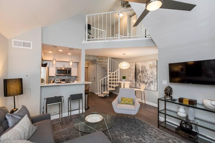 """THE LOFT"" A MODERN & PRIVATE CONDO, MINUTES TO DC"