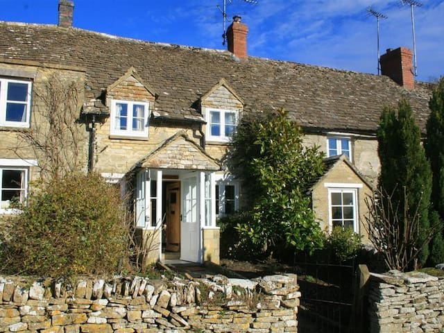 BROOKLANDS, romantic, with open fire in Chedworth, Ref 988712