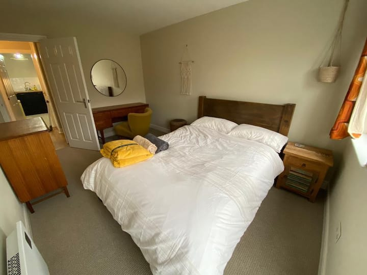 Private Double room Leeds CITY CENTRE with parking